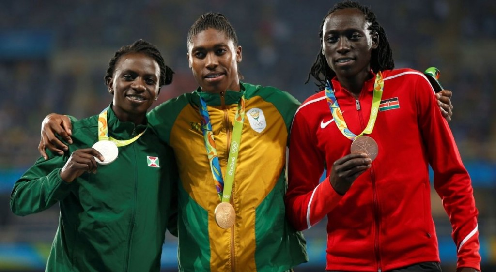 epa05503936 (L-R) Silver medalist Francine Niyonsaba of Burundi, gold medalist Caster Semenya of South Africa, and bronze medalist Margaret Nyairera Wambui of Kenya pose for a photo on the podium during the awarding ceremony for women's 800m final of the Rio 2016 Olympic Games Athletics, Track and Field events at the Olympic Stadium in Rio de Janeiro, Brazil, 20 August 2016.  EPA/YOAN VALAT Dostawca: PAP/EPA.